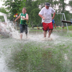 Spielplatz vom Gewitterregen überflutet